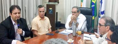 Presidente da Fecomércio, Marcelo Queiroz, entrega ao prefeito Álvaro Dias documento contendo sugestões para melhorar turismo de Natal